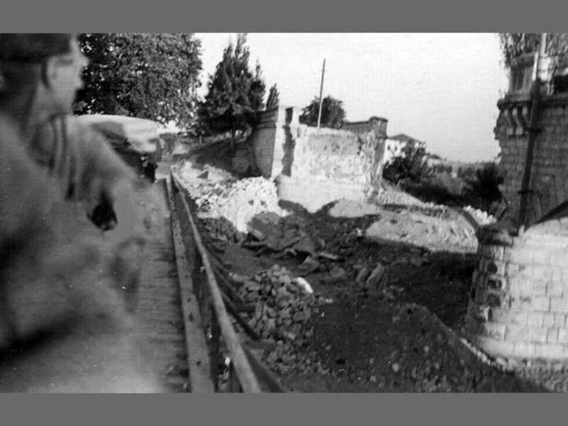Η κατεστραμμένη από τους Νεοζηλανδούς γέφυρα, του Τιταρήσιου (Ξηριά) ποταμού στον Τύρναβο