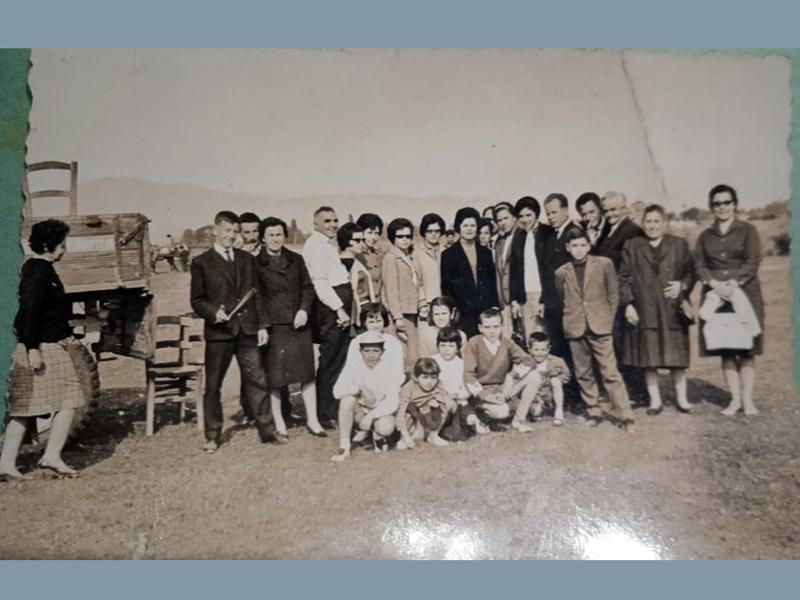 Παρέα φίλων και συγγενών την ημέρα της πρωτομαγιάς στα Πλατανούλια γύρω στα 1960