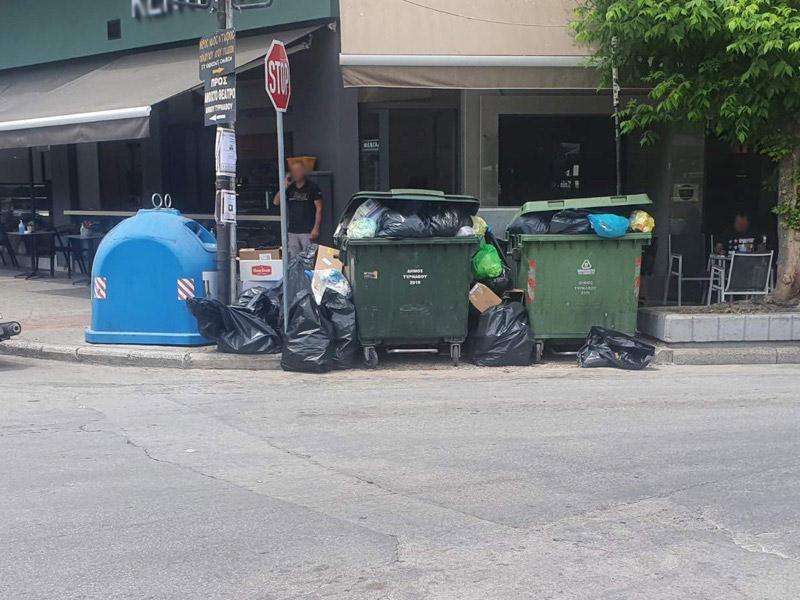 Απαράδεκτη εικόνα με «Ντεκόρ» από σκουπίδια στην κεντρική Πλατεία Τυρνάβου