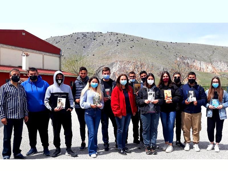 Προσφορά βιβλίων σε μαθητές των σεισμόπληκτων χωριών του Τυρνάβου