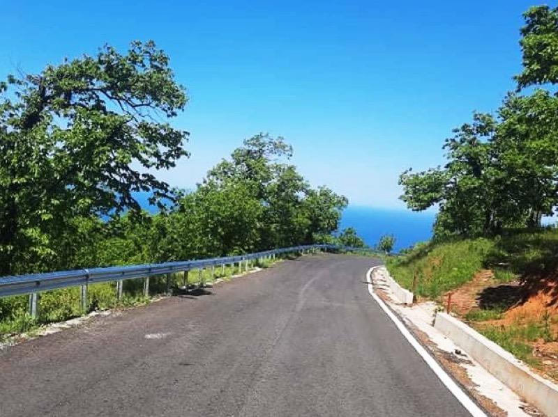 Νέα στηθαία ασφαλείας τοποθετεί στον ανακατασκευασμένο δρόμο Καρίτσα- Σπηλιά η Περιφέρεια Θεσσαλίας
