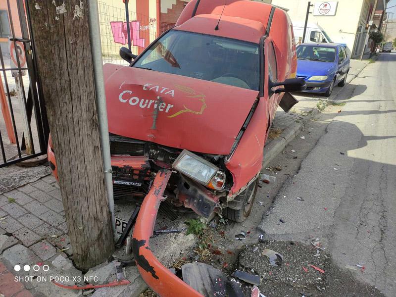 Της νύχτας τα καμώματα… χθες το βράδυ στον Τύρναβο οδηγός αγροτικού καρφώθηκε σε δύο σταθμευμένα οχήματα