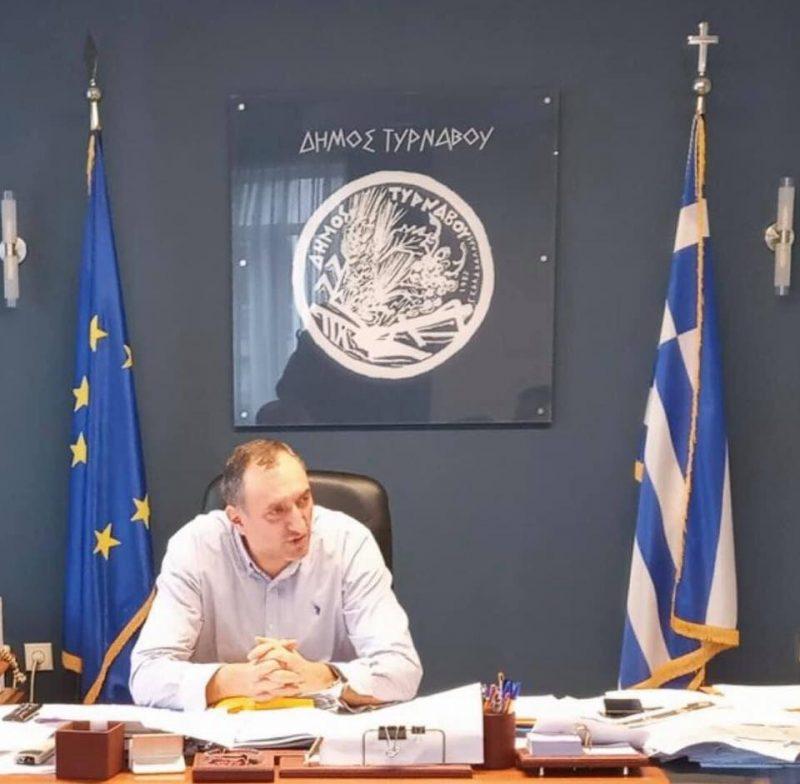 Τηλεφωνική επικοινωνία Δημάρχου Τυρνάβου με τον Δήμαρχο του σεισμόπληκτου Δήμου Μινώα Πεδιάδας.