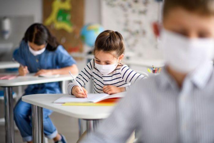 Προσεχώς υποχρεωτική η μάσκα στα σχολεία και στα διαλείμματα