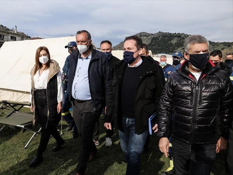 Ο αναπληρωτής υπουργός Εσωτερικών, Στέλιος Πέτσας, στις πληγείσες περιοχές σήμερα του Δήμου Τυρνάβου
