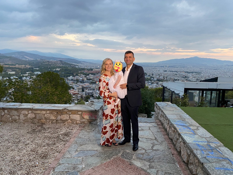 Ο τυρναβίτης Νικόλαος Δημουλάς και η σύζυγος του, Ίριδα Σταρόβα βάφτισαν την κόρη τους